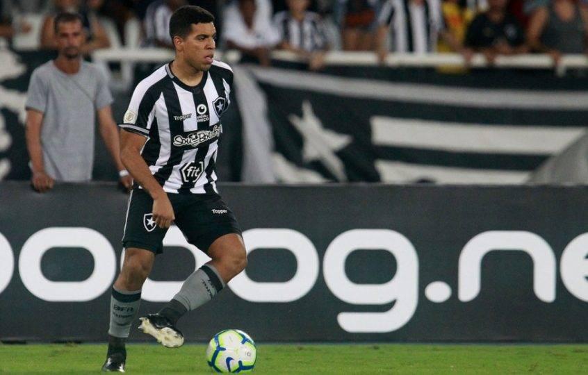 A pedido de Barroca, Coritiba negocia com lateral-esquerdo revelado pelo Botafogo