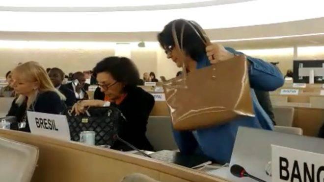A ministra Damares Alves no momento em que se retira de reunião da ONU, em protesto contra a violação de direitos humanos na Venezuela.