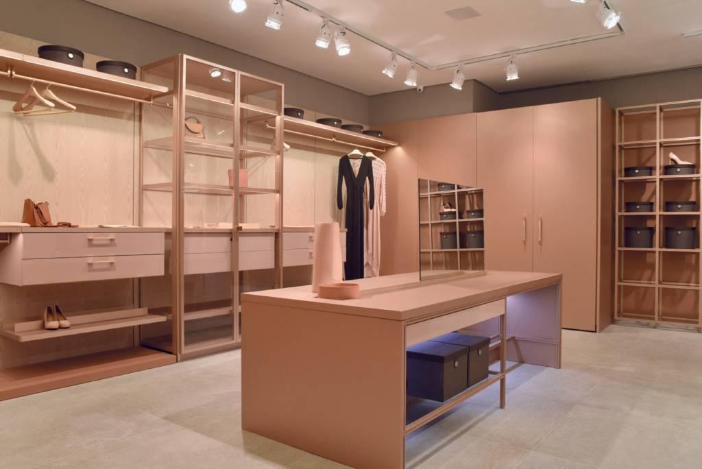 A coleção West East Collection, da Ornare, traz estrutura em alumínio que pode ser combinada ao vidro e ao MDF, em elementos modulares.