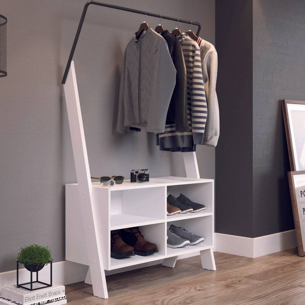 Closet modular estilo arara, da MadeiraMadeira, com pés distantes do chão que dão leveza e ajuda, a ampliar o ambiente.