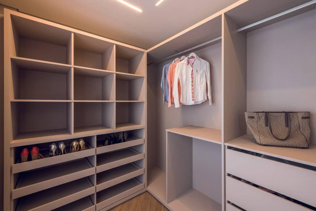Armário aberto da Formighieri Pisos e Decks tem conceito contemporâneo, linhas retas e cores neutras. Conta com nichos de armazenamento, cabideiro, maleiro e sapateira em gaveta.
