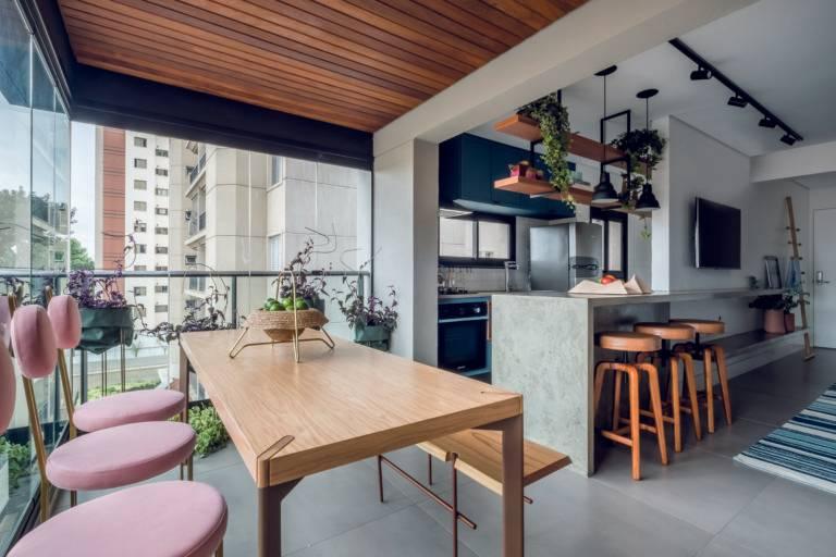 Com a derrubada da parede que separava a cozinha da varanda, o  apartamento ganhou amplitude. O projeto é de  Rua 141 + Rafael Zalc.  Foto: Nathalie Artaxo