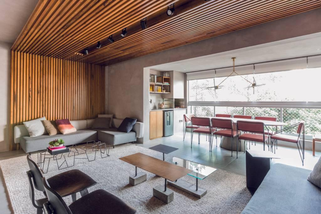 Integração entre sala e varanda trouxe espaço e aconchego ao ambiente social desse apartamento de 135 m² . Foto: Mariana Camargo