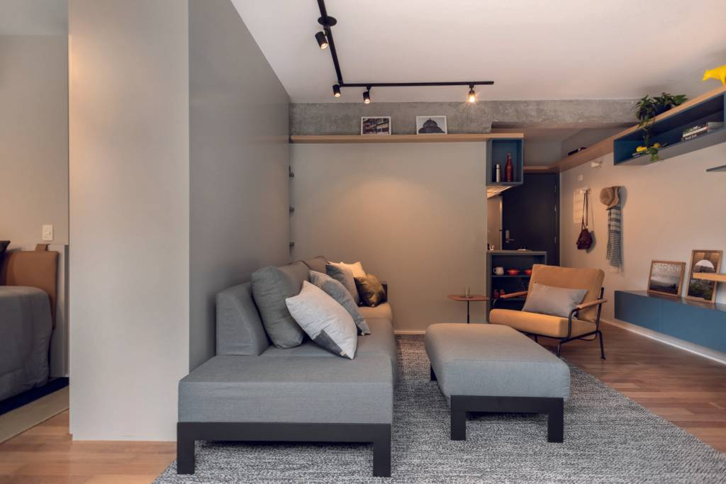 Cozinha, sala e quarto integrados multiplicam o espaço em estúdio de 50 m².  Foto: Escanhuela Fotografias