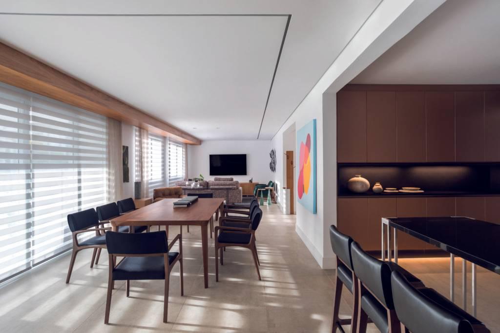 Cozinha, área da TV, espaço de leitura, sala de jantar e espaço gourmet foram projetados sem divisórias. Foto: Eduardo Macarios
