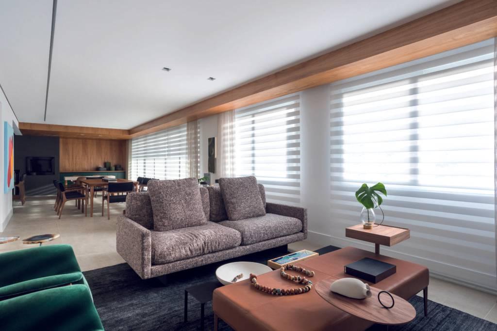 Sala de estar se une à sala de jantar, que se apresenta como parte da cozinha, em grande apartamento.  Foto: Eduardo Macarios
