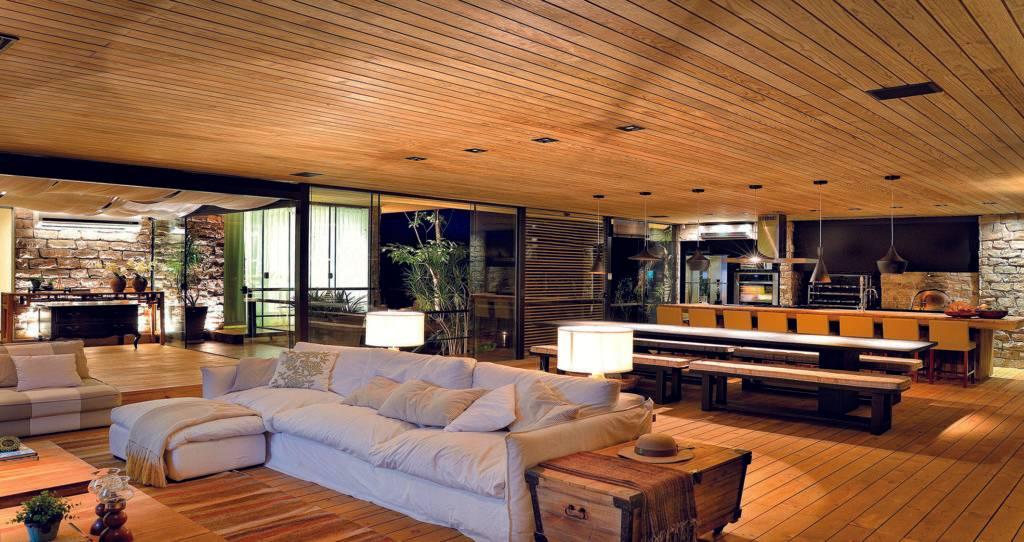 Cozinha, espaço gourmet e living integrados proporcionam ambiente acolhedor e amplo para receber familiares e amigos em projeto de Juliana Meda, em Porecatu, no norte do Paraná. Foto: Fábio Pitrez