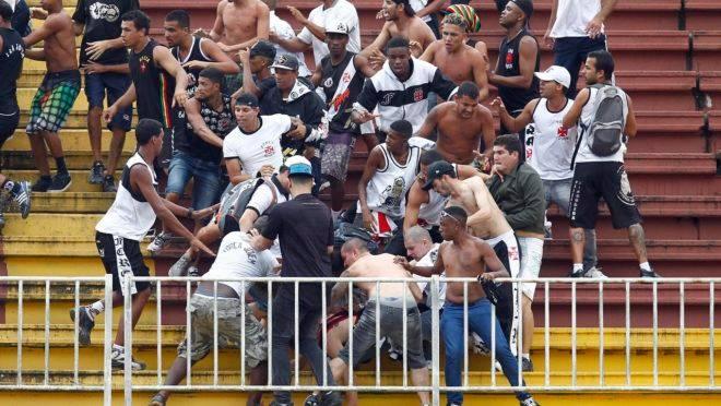 Briga entre torcedores de Athletico Paranaense e Vasco da Gama, na Arena Joinville, em 2013.