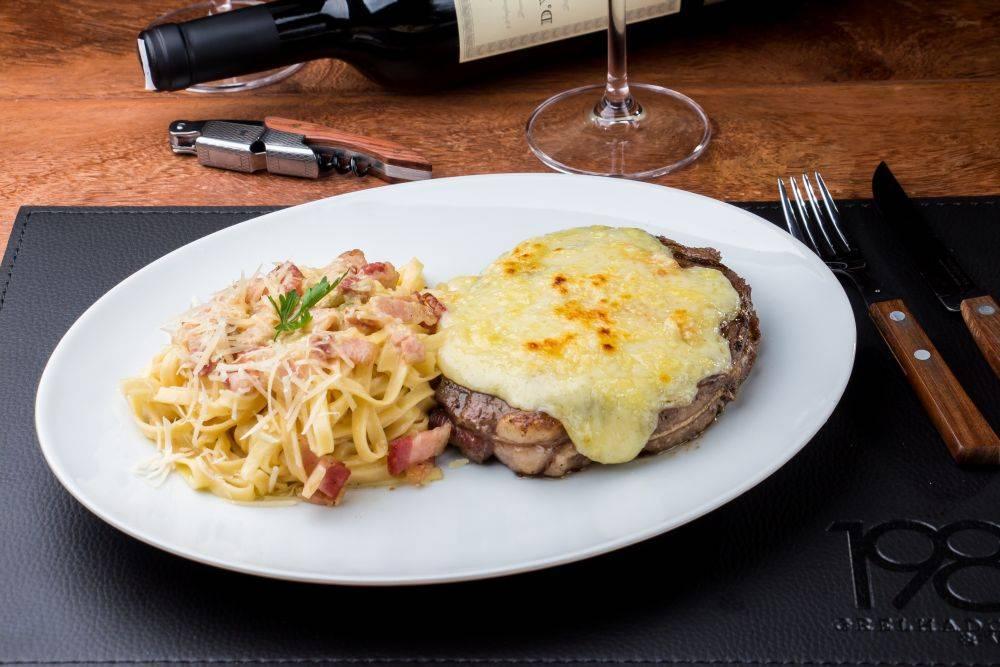 Carbonara com bife ancho e raclette 1985 Grelhados e Vinhos Chef André Dias