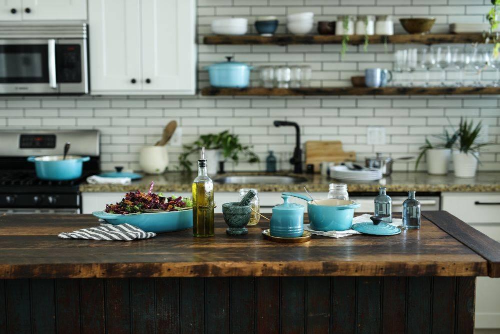 Quando os primeiros azeites de oliva extravirgem começaram a chegar nas cozinhas domésticas, era usado apenas para finalizar pratos. Foto: Edgar Castrejon/Unsplash
