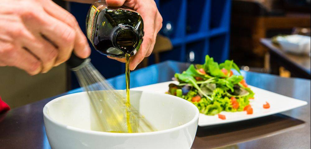 Chef Guilherme Guzela ensina a prepara molho para salada no programa Dicas Em 1 Minuto