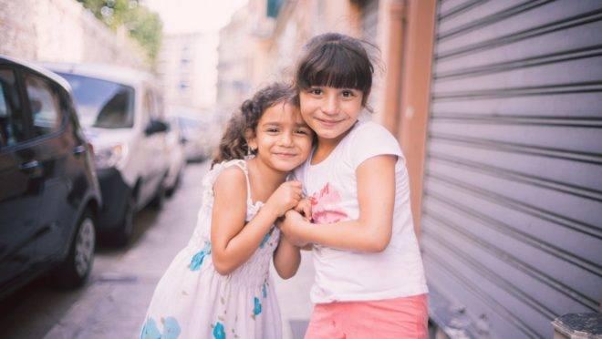 Incentivar o bom relacionamento entre os filhos desde cedo fortalece o vínculo entre eles e ajuda os pequenos a valorizarem a família.