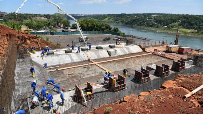 Obras da nova ponte entre Foz do Iguaçu e Presidente Franco.