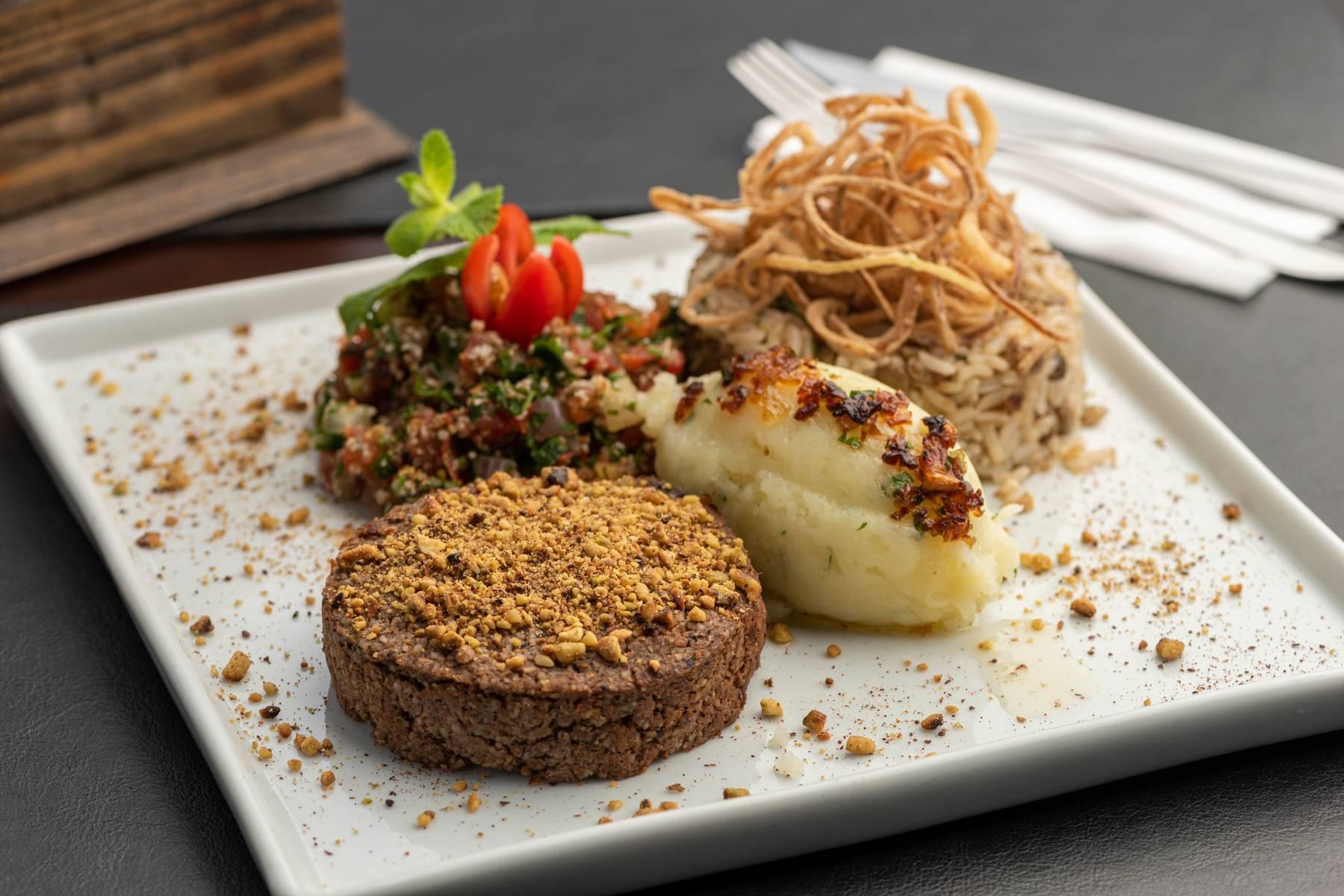 O combinado Instambu, um dos combinados tradicionais do BaraQuias, tem kibe frito acompanhado de arroz com lentilha, batata libanesa, tabule e cebola crocante.