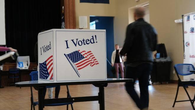 Eleitores de 14 estados norte-americanos, além da Samoa Americana, vão às urnas nesta terça-feira (3) para escolher o candidato democrata que vai concorrer nas eleições presidenciais de 2020 (Imagem: Spencer Platt/Getty Images/AFP).