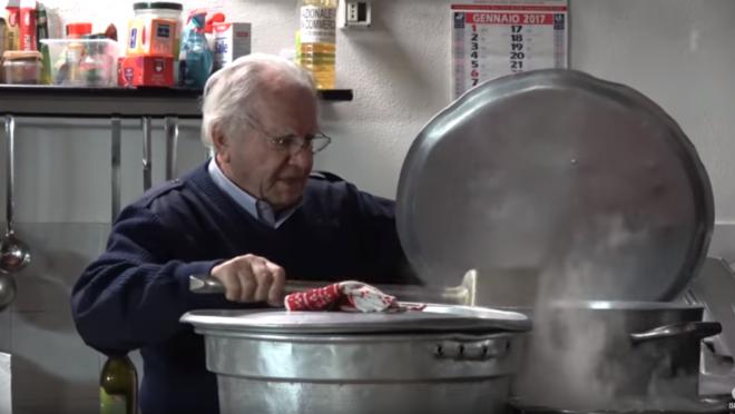 O italiano Dino Impagliazzo fundou a associação RomAmoR que, durante o ano, chega a distribuir cerca de 32 mil refeições para desabrigados.