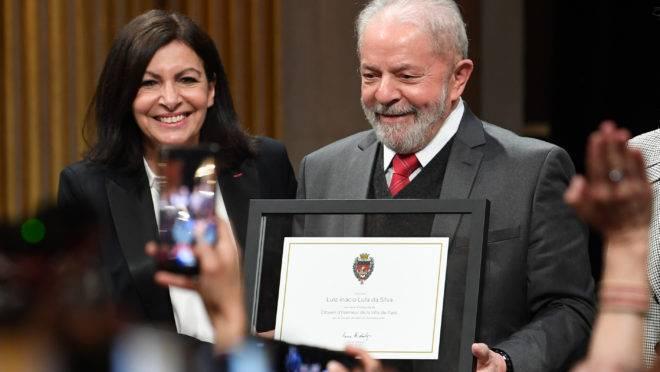 Prefeita de Paris, Anne Hidalgo, entregou título de cidadão honorário a Lula.