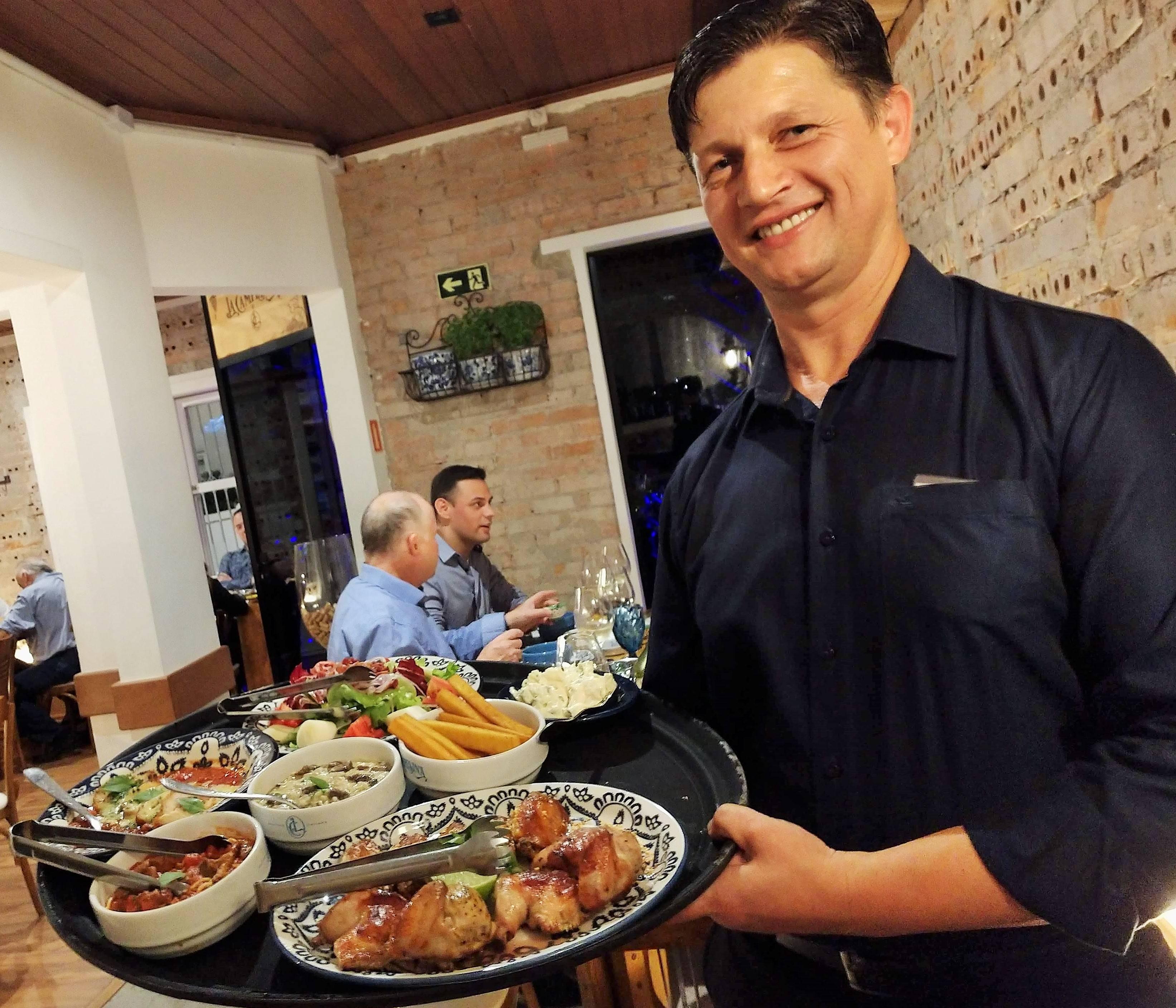 João Orbzut, o gerente da casa, é que apresenta os pratos a serem servidos.
