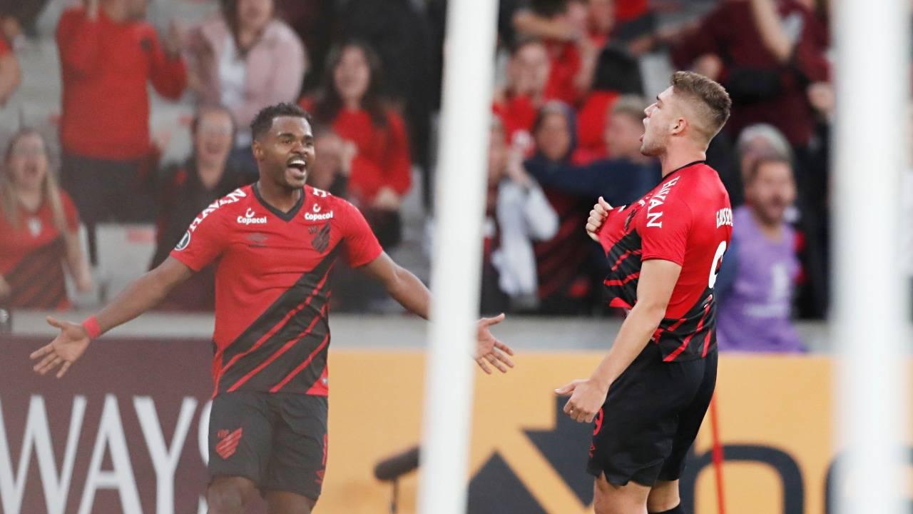 Nikão comemora o gol com Bissoli.