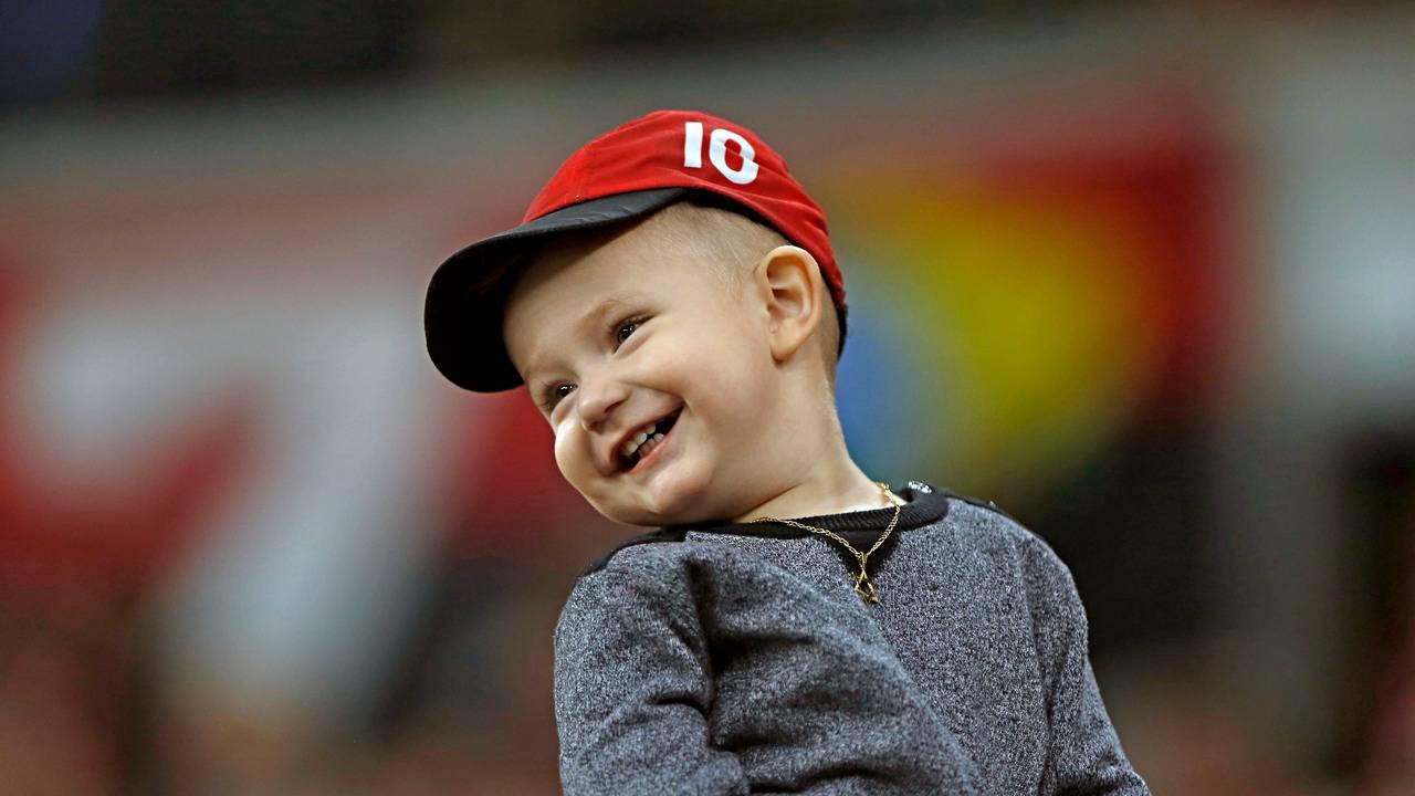Pequeno torcedor do Athletico abriu o sorriso com a estreia vitoriosa. Foto: Gabriel Rosa/Foto Digital/Gazeta do Povo