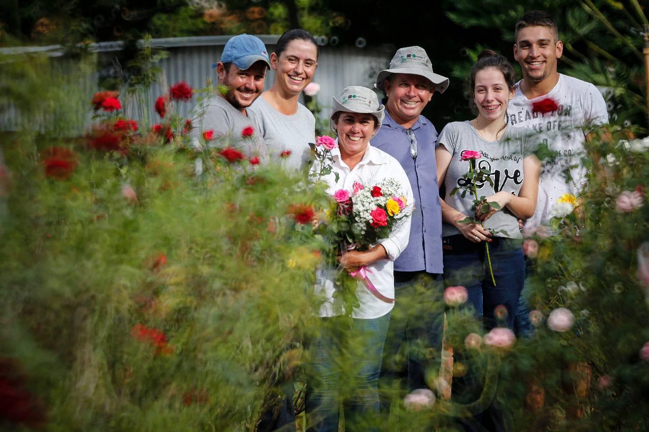 Dois filhos, nora e genro trabalham em conjunto com Antonio e Aparecida para o crescimento da propriedade.