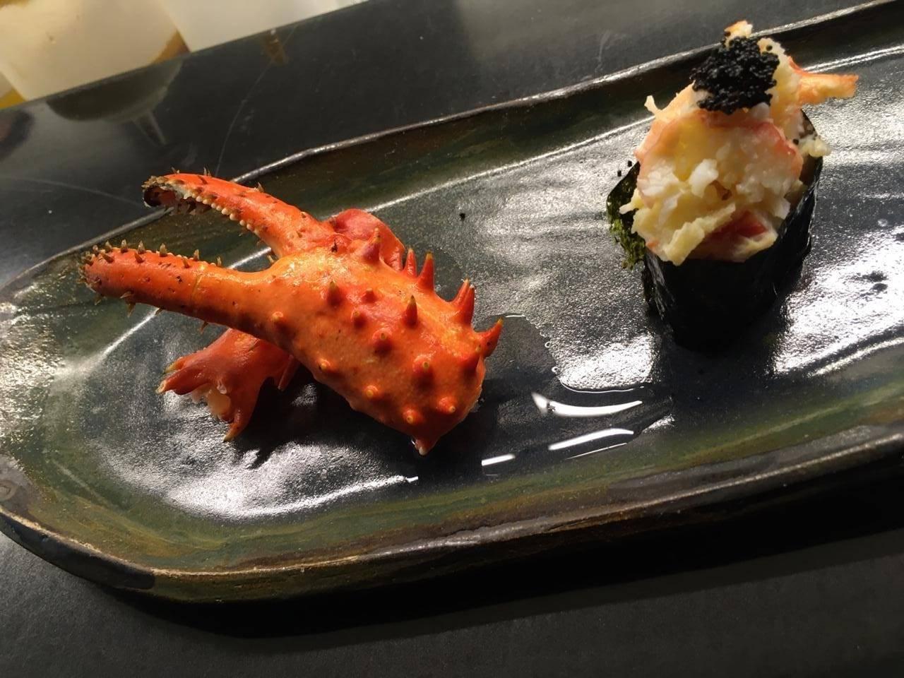 Gunkan, o sushi enrolado com a alga nori por fora e a centolla por dentro.