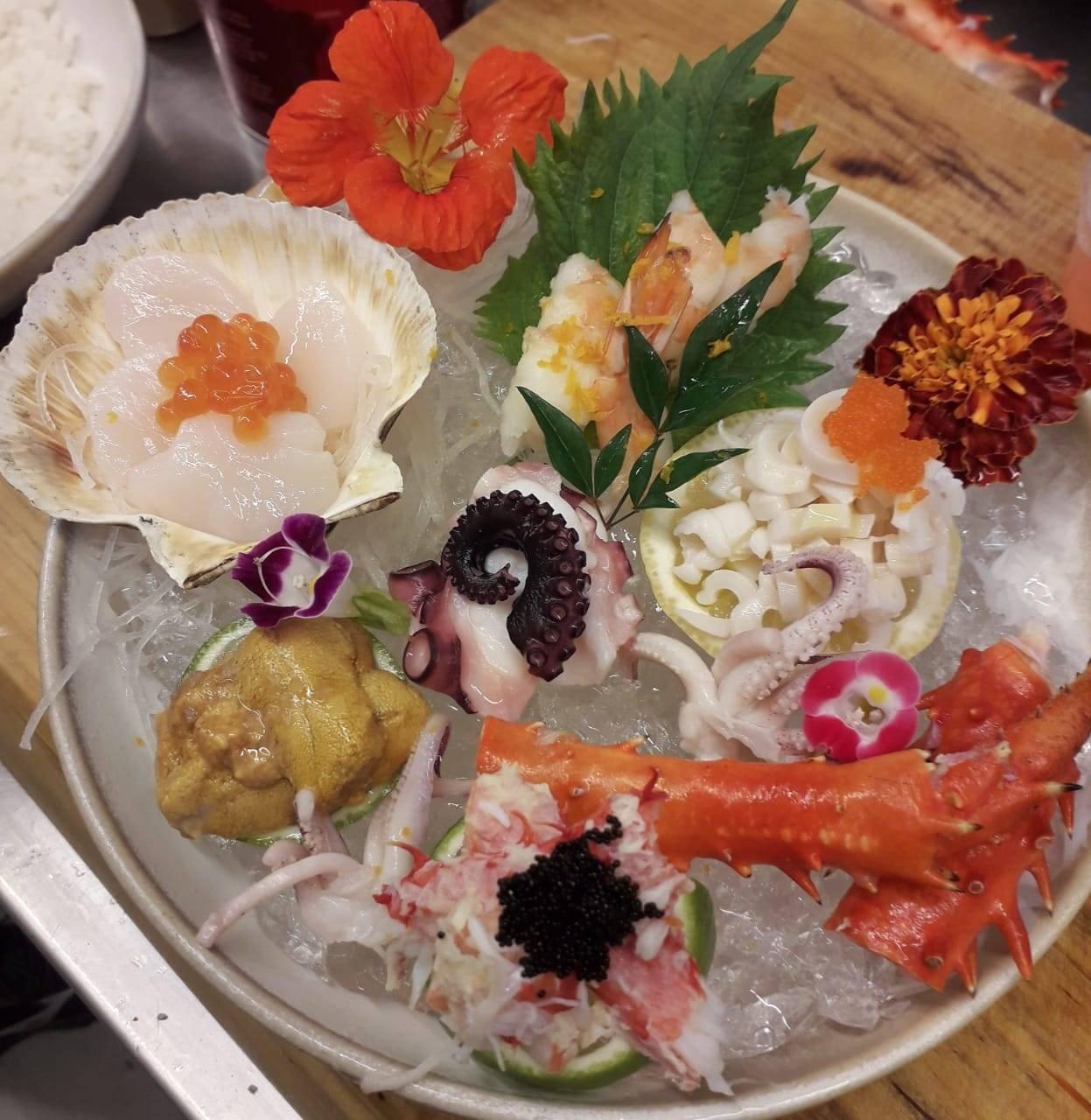Seleção de sashimi especiais do Z.: centolla, atum, barriga de salmão, vieiras, ouriço, camarão, polvo e ikura.