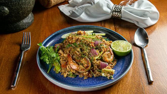 Prato do Thai Me é um tradicional arroz frito com camarão, frango e legumes. Josué Monteiro/Cachaça Comunicações.