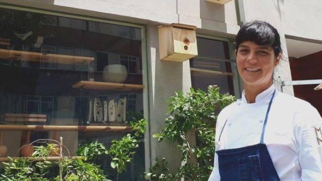 A chef Manu Buffara em frente ao seu restaurante, Manu. Foto: Guilherme Grandi/Gazeta do Povo