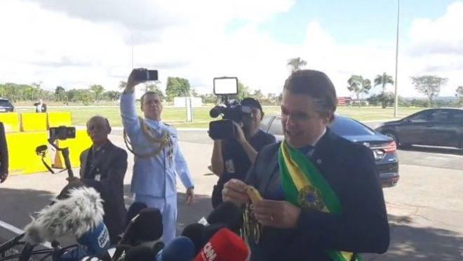 O humorista Carioca se passou pelo presidente Jair Bolsonaro na saída do Palácio da Alvorada