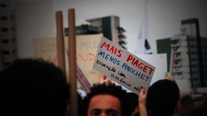 Imagem registrada durante manifestação em favor da educação. As teorias do psicólogo Piaget são totalmente contestadas pela ciência cognitiva.