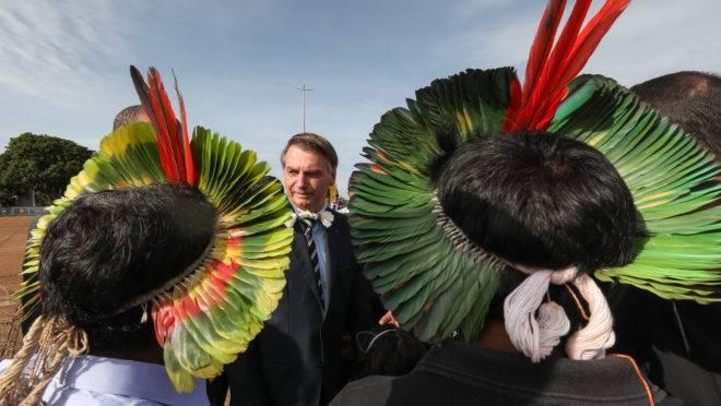 Presidente Jair Bolsonaro recebe lideranças dos índios em Brasília: governo apoia projeto de lei que autoriza mineração em terras indígenas.