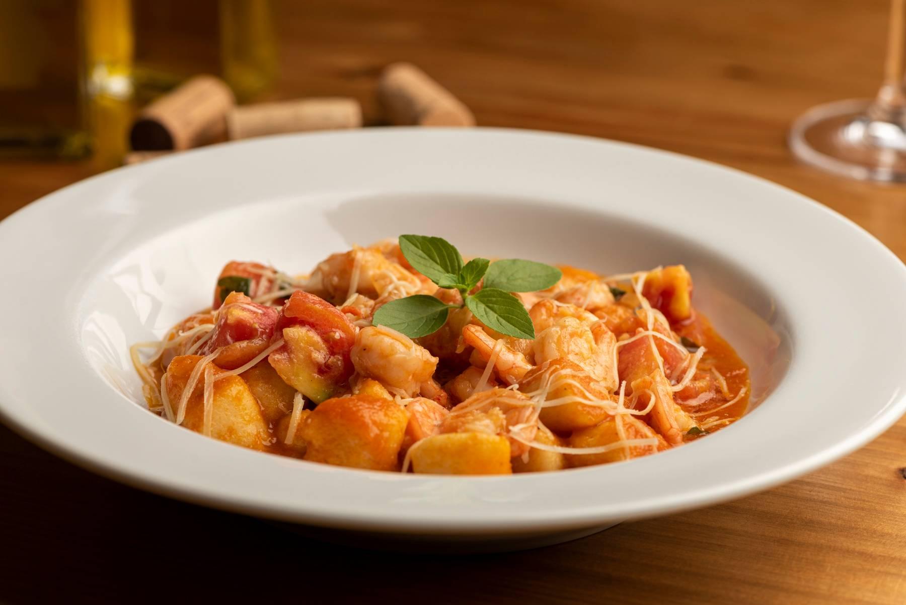 Nhoque ao molho sugo com camarões e manjericão é outra opção para almoço e jantar no Bar do Victor.