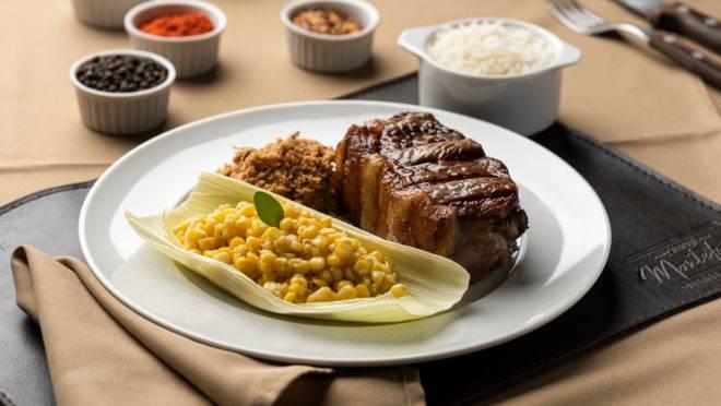 Aberto no almoço de domingo, o Cabaña Montefusco Parrilla Argentina traz entre suas opções de prato principal o bife de chorizo com farofa de cebola crocante, acompanhado de milho orgânico in natura salteado na manteiga e arroz branco .