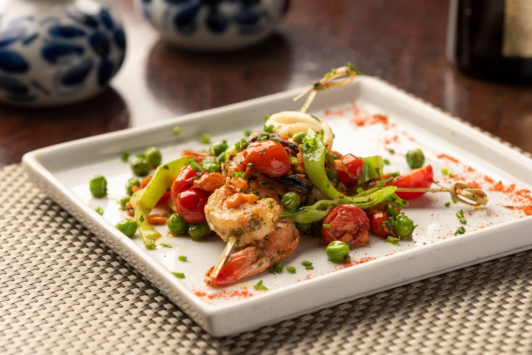 O Olivença Cozinha Ibérica tem camarão, lula e polvo na Espetada do Mar para a entrada do jantar.
