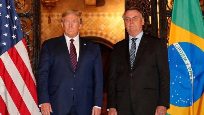 Bolsonaro acompanhado de Donald Trump posam para fotografia.