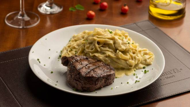 Uma das opções de prato principal do almoço do Armazém 71 Cucina – Vino, o mignon ganha acompanhamento de fettuccine artesanal ao molho gorgonzola.
