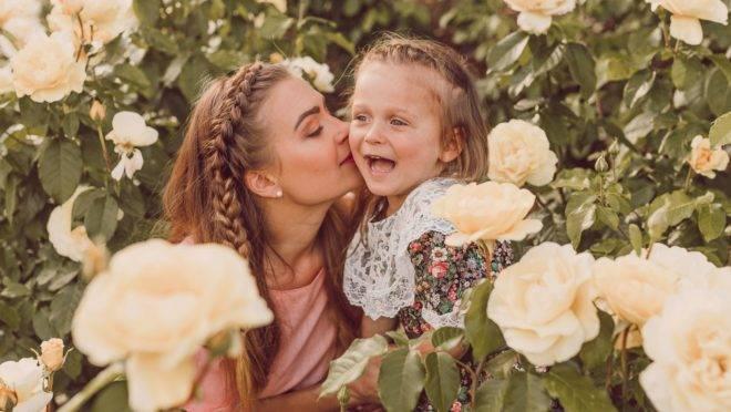 A relação materna influencia a construção de modelos internos que irão refletir nas relações amorosas da adolescência e da vida adulta.