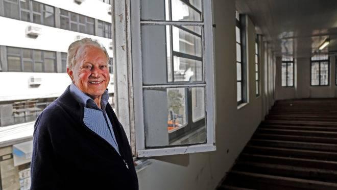Sinval Martins, ator, publicitário e radialista, trabalhou grande parte da vida no prédio da Rua Barão do Rio Branco esquina com rua José Loureiro no centro de Curitiba, onde funcionava a loja HM.