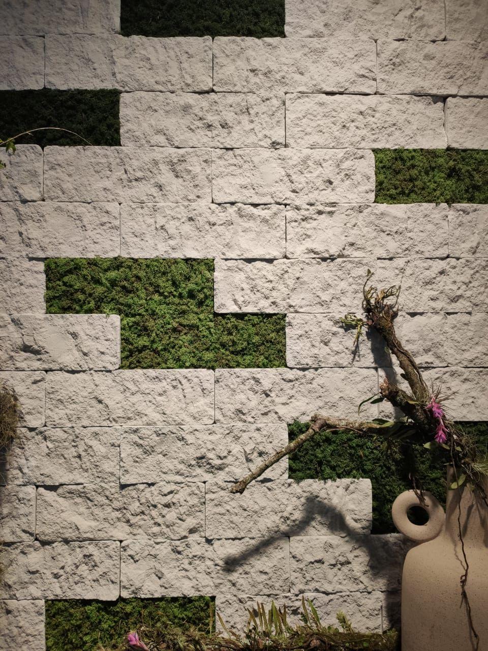 A Castelatto também investiu em diversas opções de bricks, compondo com vazios propositais para destacar musgos vivos, que fazem parte do produto.
