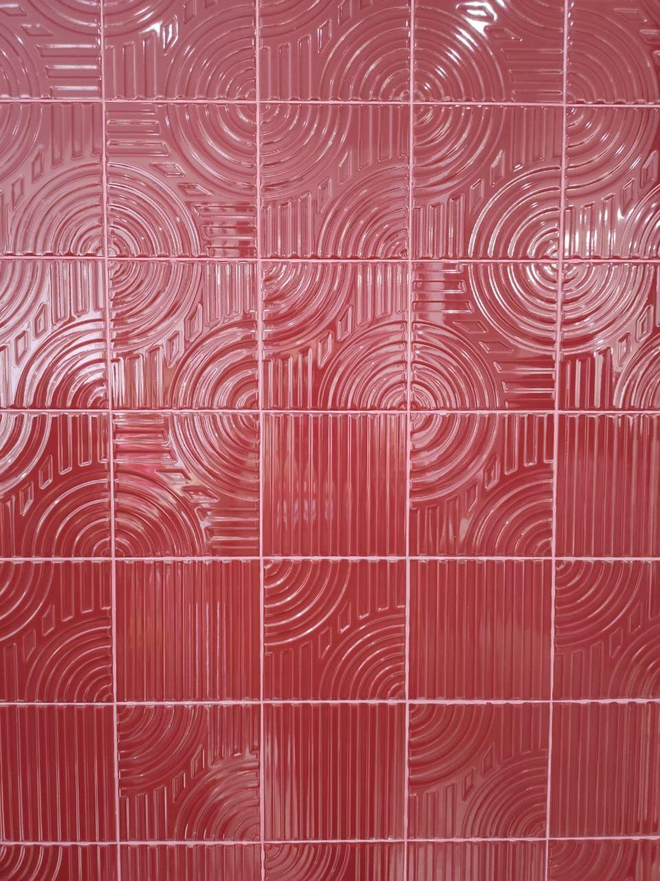 A Eliane traz uma série de azulejos assinados pelo designer carioca Zanine de Zanini, com cores e relevos diferentes. E, em comemoração aos 60 anos da marca, lançam o azulejo Poente, em um vermelho Velvet, que reinterpreta a azulejaria dos anos de 1960.