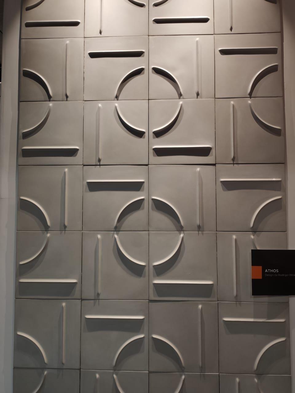 Em homenagem a Athos Bulcão, Rodrigo Ohtake apresenta pela Solarium uma coleção de azulejos que permite layouts surpreendentes.