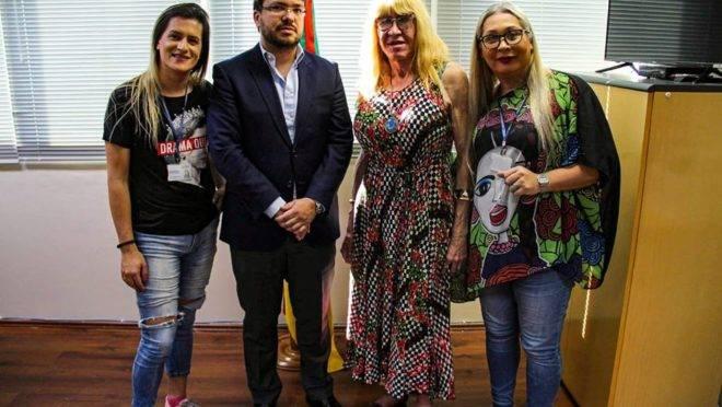 Foto divulgada por grupos LGBT sobre a reunião feita com o presidente do Cremers, Eduardo Neubarth. Segundo ele, não foi instaurada sindicância contra a psiquiatra Akemi Shiba.
