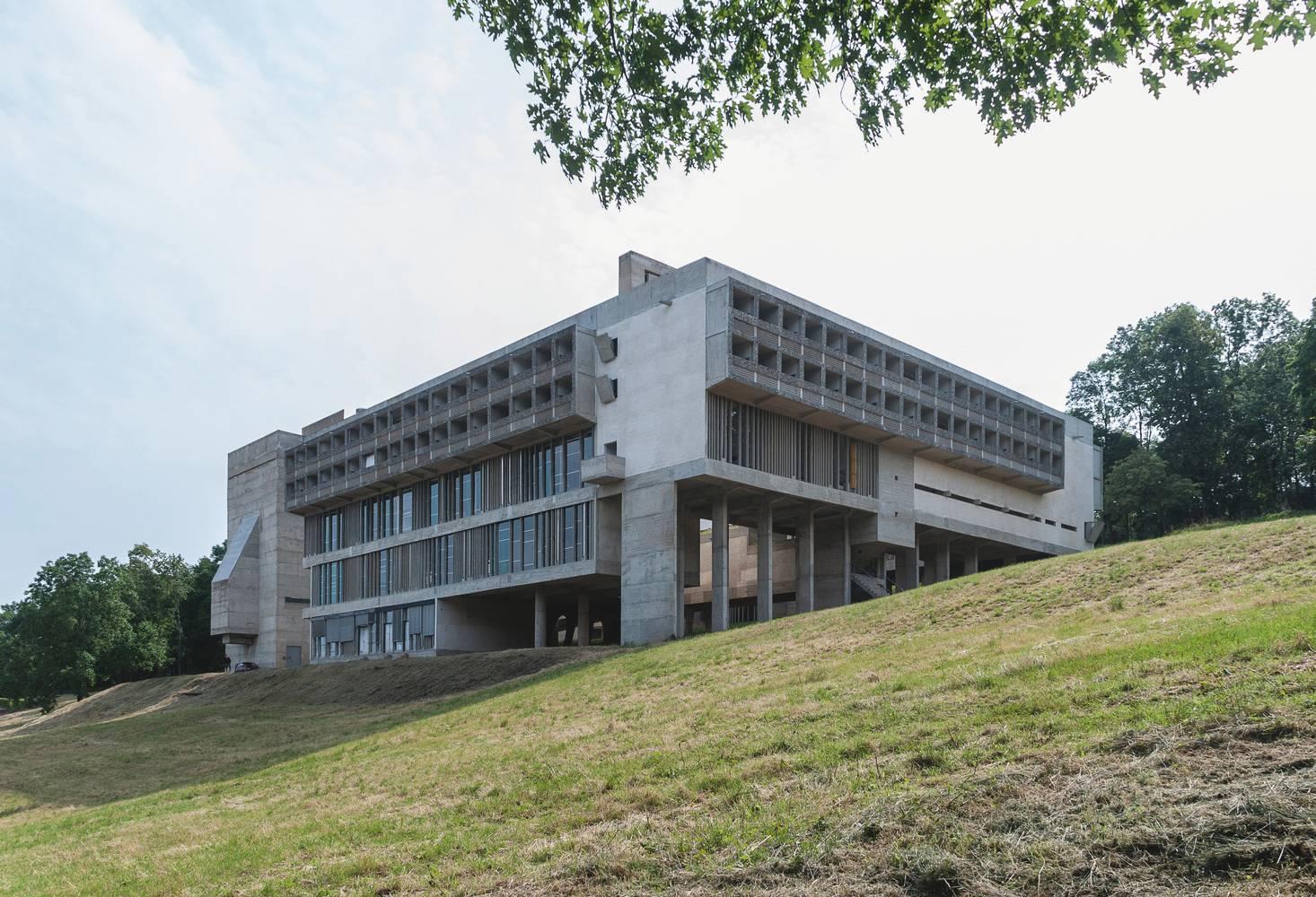 Convento de La Tourette, na França, de Le Corbusier: construção em declive e estrutura em concreto armado aparente e vidro. Fotos: Fernando Schapochnik/ArchDaily