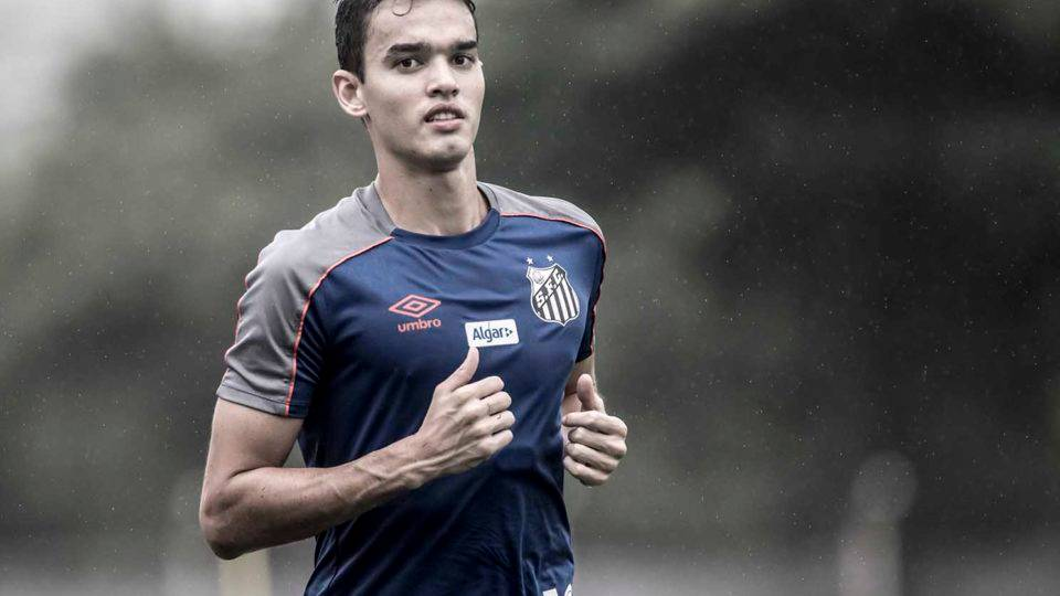 Athletico negocia a compra de zagueiro colombiano do Santos