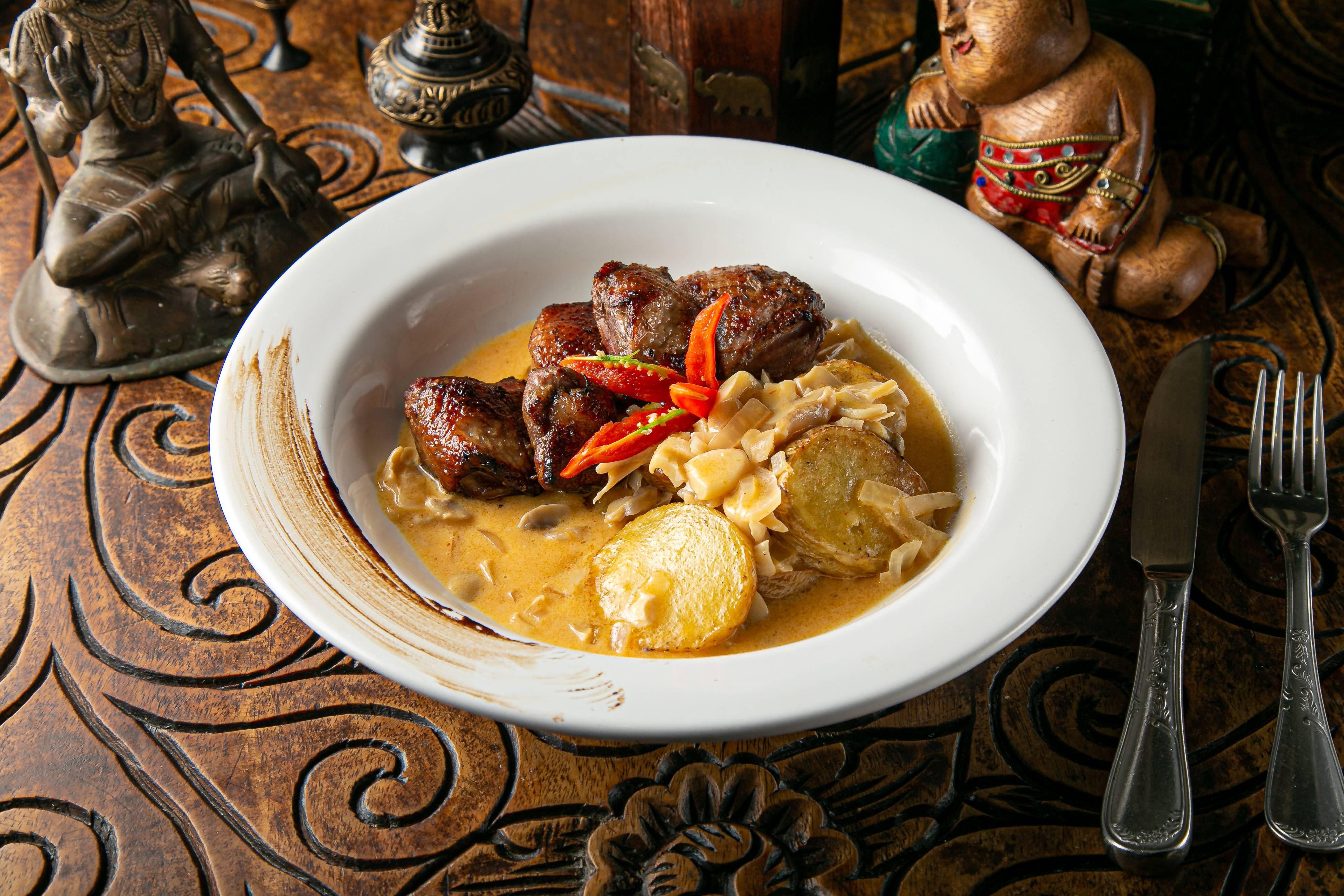 Tandori Duck do restaurante indiano Sharin: magret de pato assado no forno tandoor com batatas e molho panang.