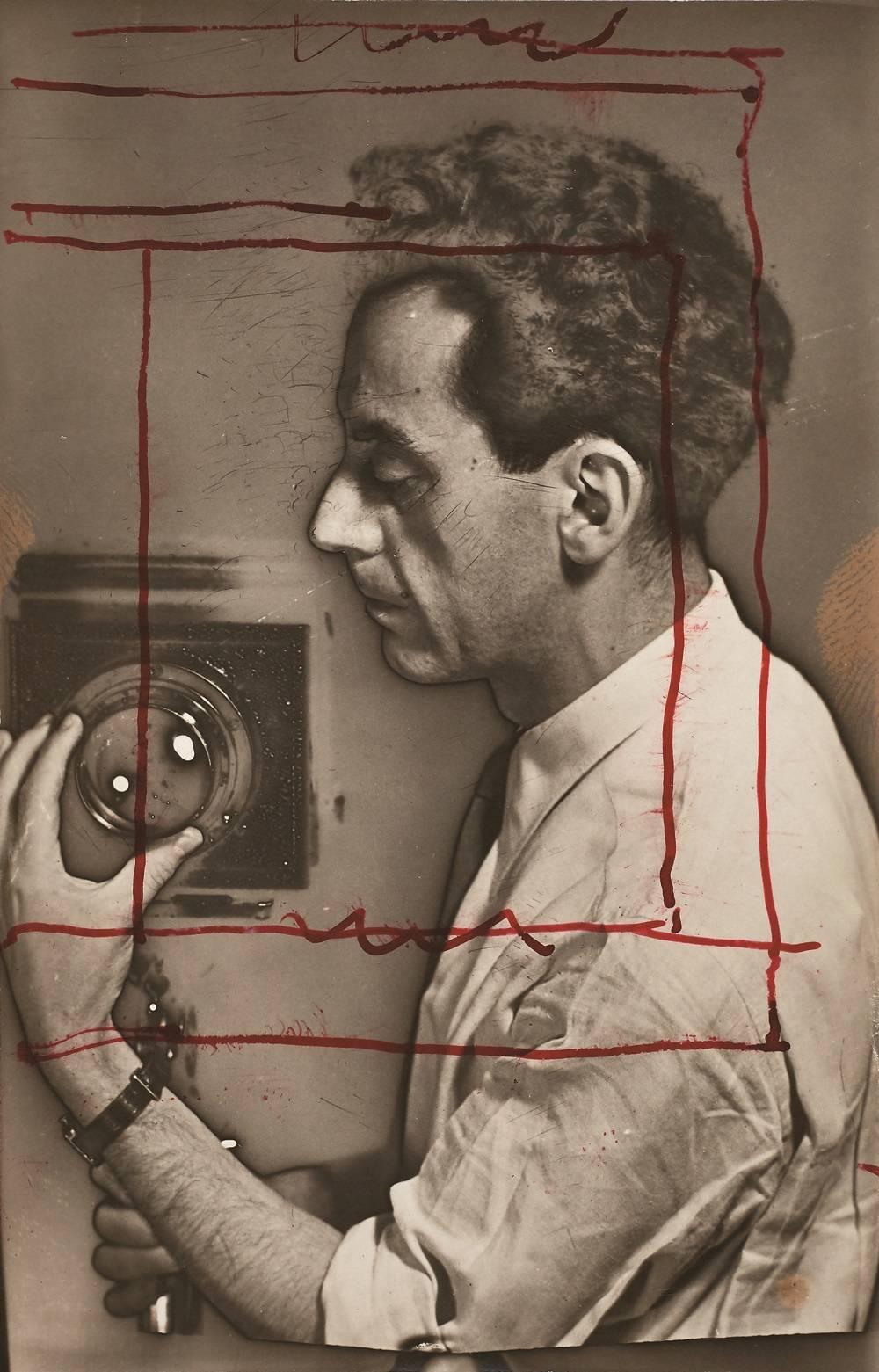 Autorretrato que destaca o trabalho de manipulação de fotografia.