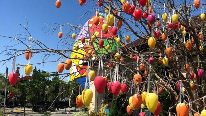 Ovo de 15 metros decorado por Romero Britto é uma das atrações da Festa da Páscoa de Pomerode. Foto: Jonatan Glatz/Divulgação