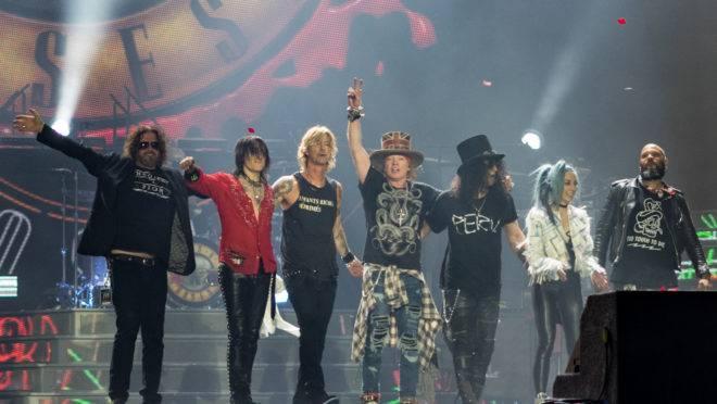 O Guns N' Roses durante show em Londres, em 2017