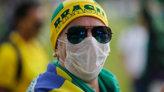 Manifestante pró-Bolsonaro durante ato em Brasília: pandemia de coronavírus criou desafio para manter mobilização.